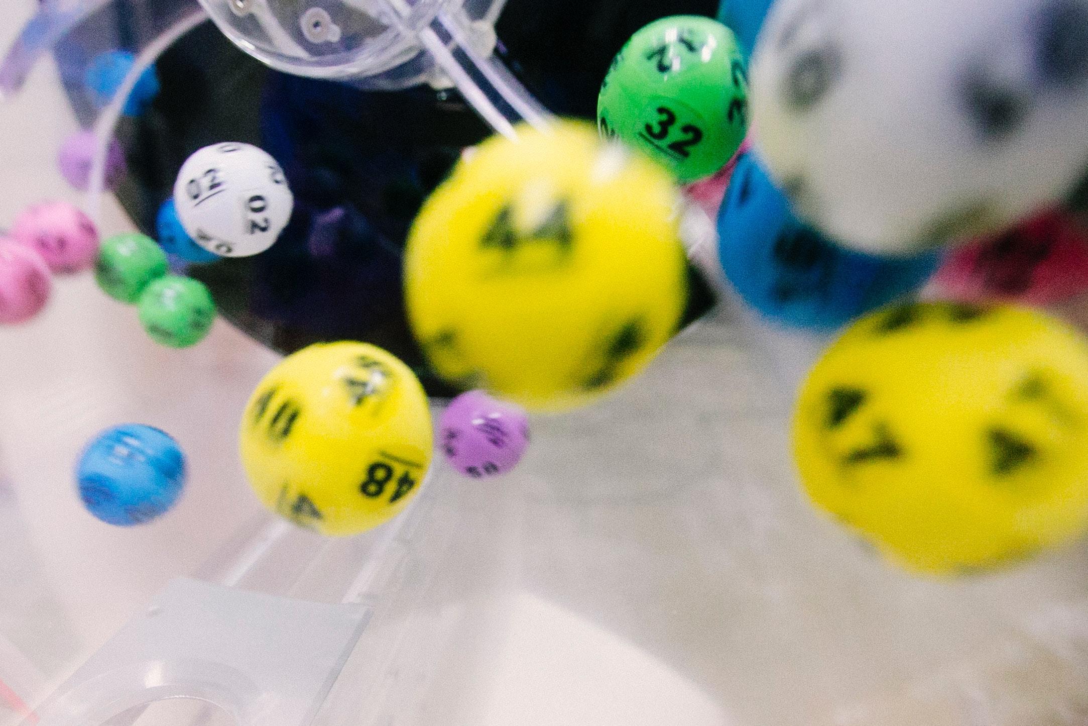 What is the procedure of depositing money in online casinos?